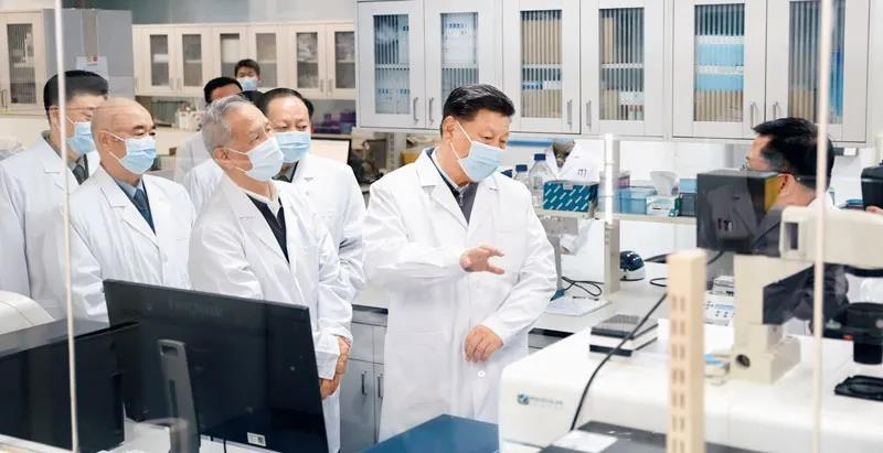 △3月2日,习近平在军事医学研究院重大疫情应急防控药物研究室了解疫苗和抗体研制情况。