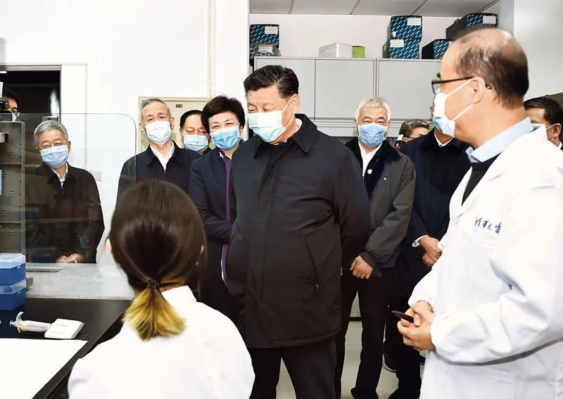 △3月2日,习近平在清华大学医学院全球健康与传染病研究中心同科研人员交谈。